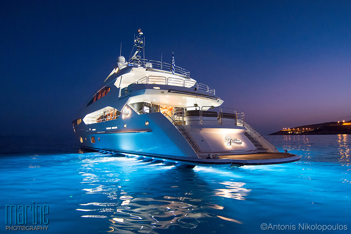 luxury_yacht_exterior_night_317_1207