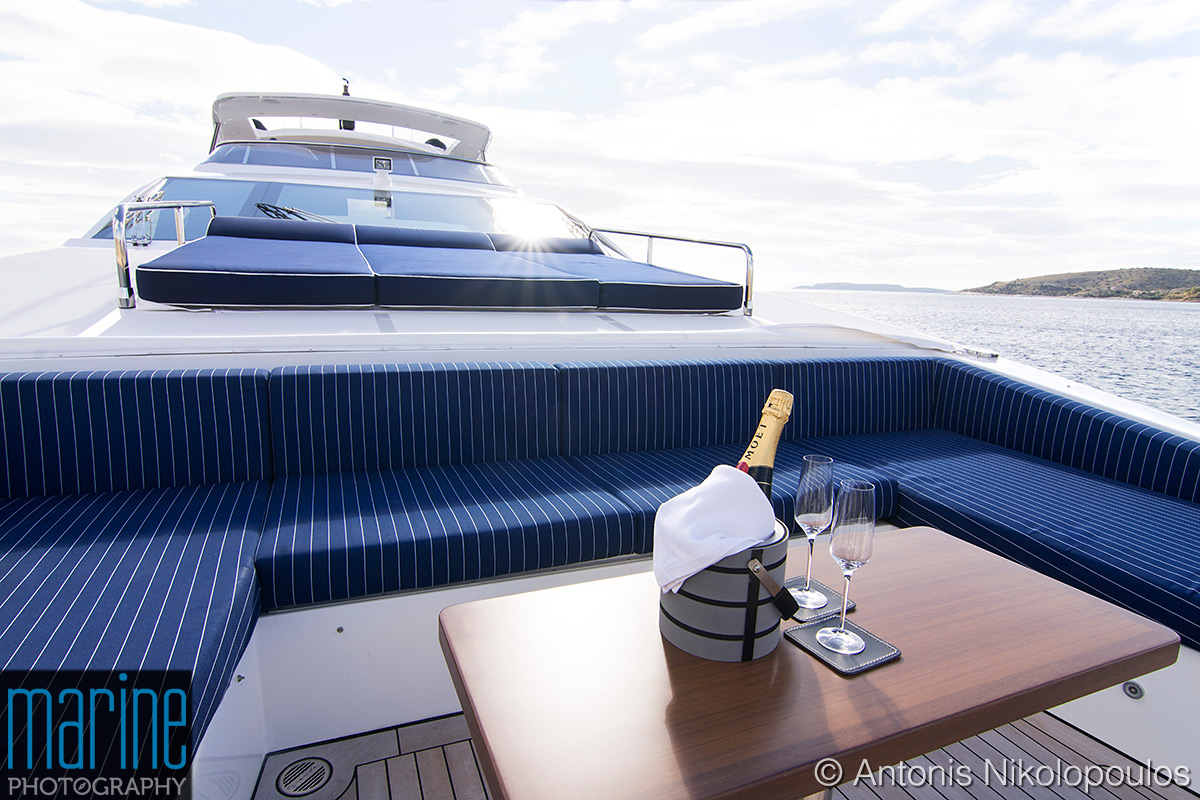 Azimut 30 metri luxury yacht, the bow